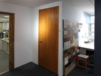 オスモ東京ショールームに、ユダ木工の木製玄関ドアを展示中
