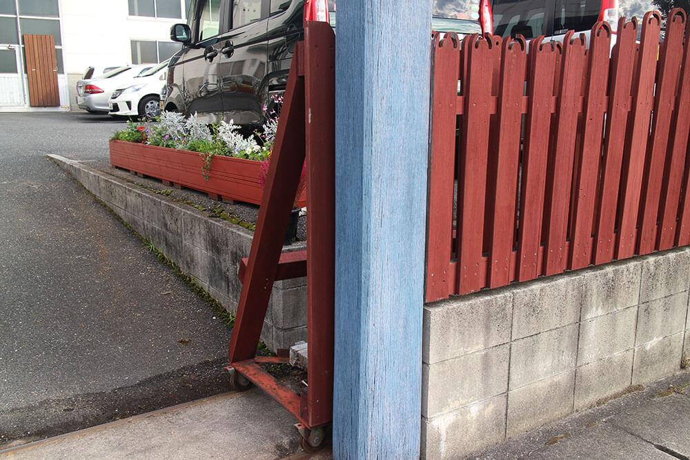 柵と同じ、オスモの外部用塗料・ノルディックレッド色で塗装