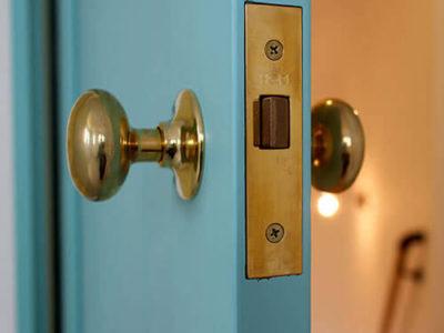 ドアの色はどう選ぶ?インテリアをおしゃれにする、カラフル木製ドアの魅力。