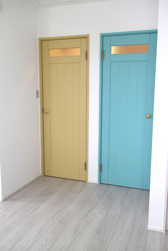 パステルイエローとスカイブルーの、かわいい子供部屋のドア