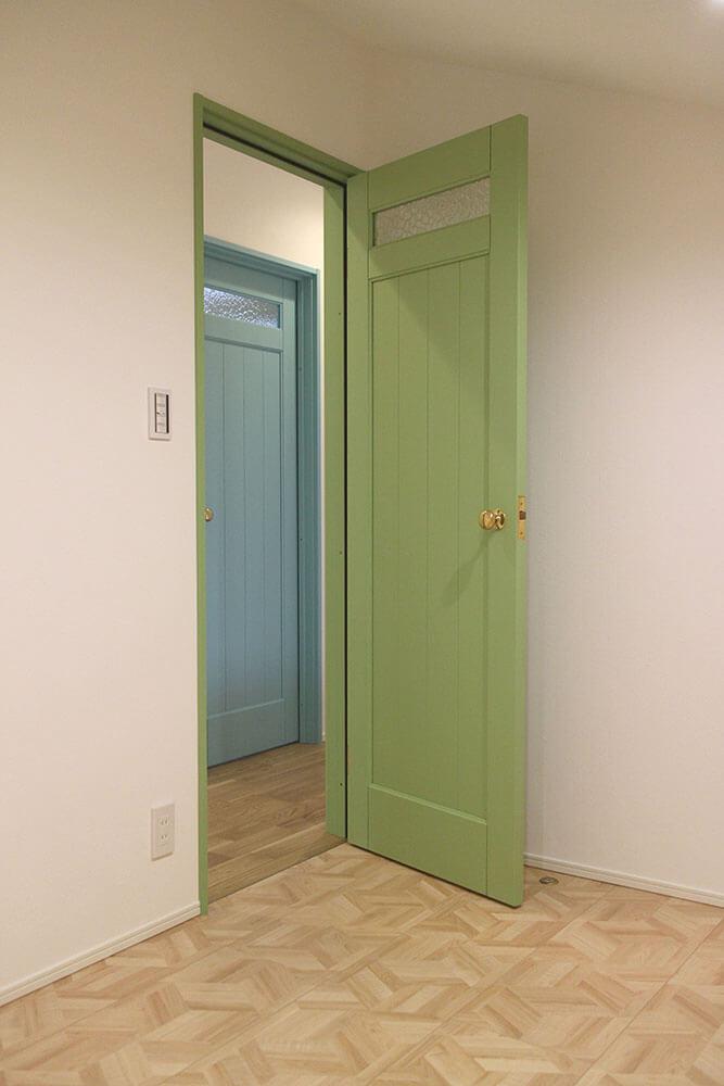 スカイブルーとグリーンのカラフルな室内ドア