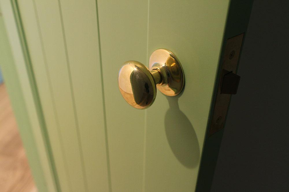 カラフル室内ドア マスカットグリーン色に真鍮ノブ