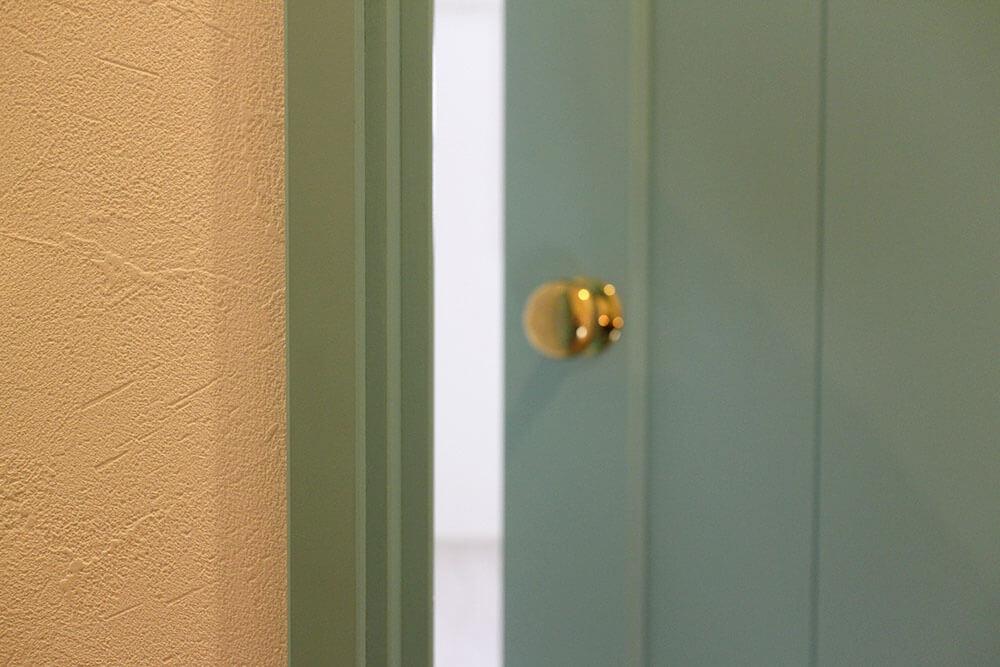 パステルカラーがかわいい、淡い水色のおしゃれな室内ドア