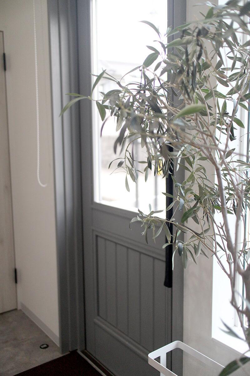 落ち着いたモノトーンがおしゃれな、グレーの木製玄関ドア