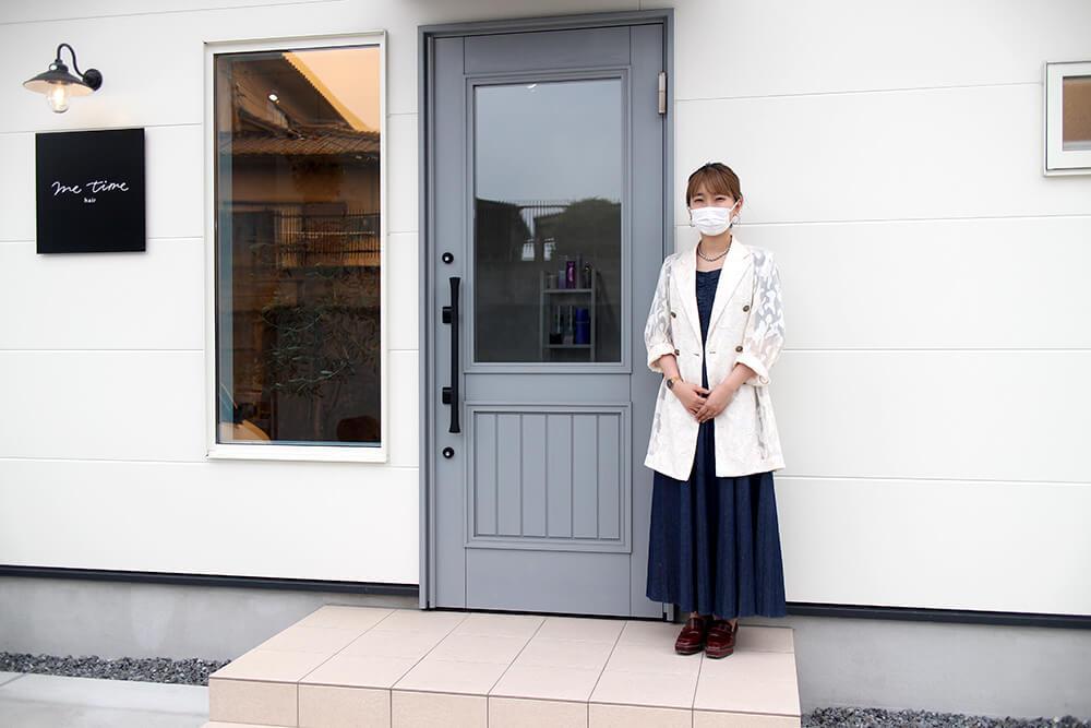 美容院ミータイムヘアーのオーナー様と、ユダ木工の木製玄関ドア