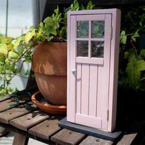 おしゃれなくすみピンクの木製ドア。かわいいミニチュア色見本