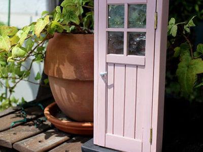 「ジーンズ」のスタイルで暮らす。 木製ドアの可愛いミニチュア色見本。