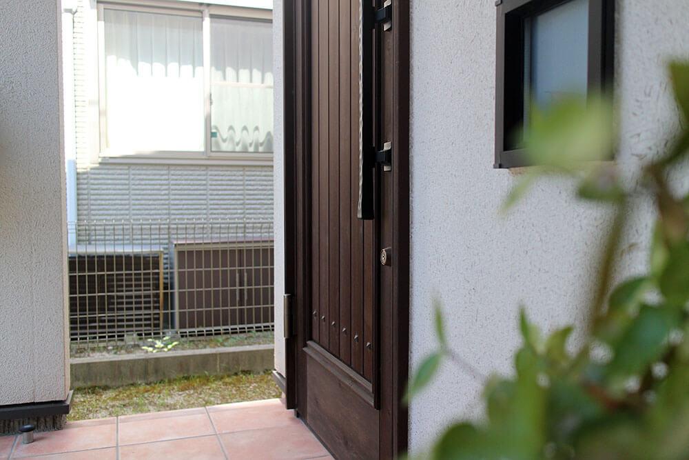 設置9年目の木製玄関ドア。木製ドアのある暮らしを楽しむ。