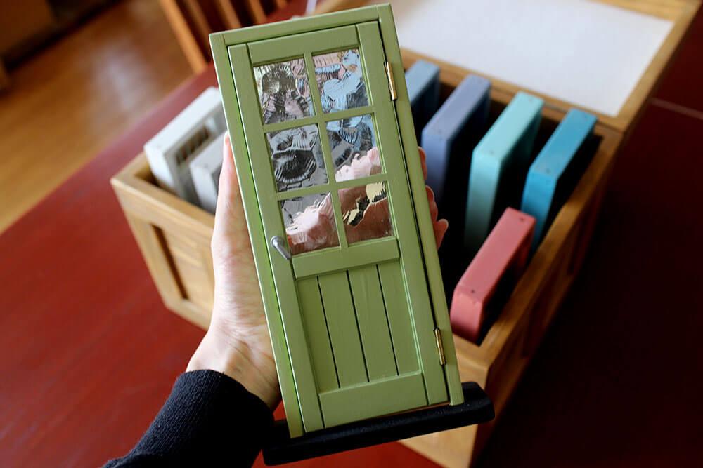 木製ドアのミニチュア色見本。おしゃれなグリーンのカラフル室内ドア(マスカットグリーン色)