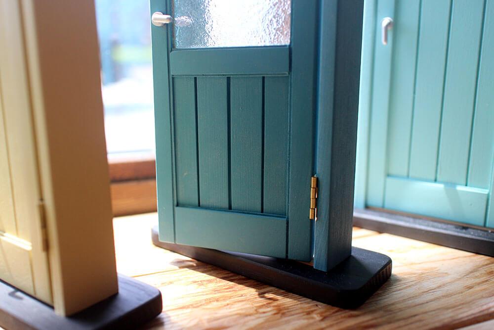 木製ドアのミニチュア色見本。おしゃれなブルーや水色、黄色のカラフル室内ドア