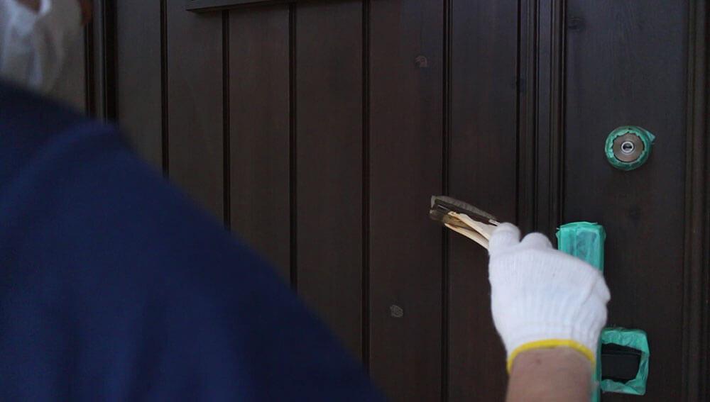ハケで薄く塗料を塗る-木製玄関ドアのメンテナンス再塗装