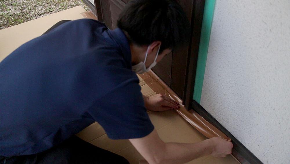 床の養生-木製玄関ドアのメンテナンス再塗装