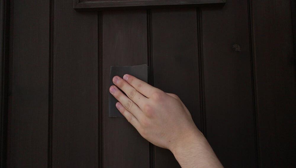 サンドペーパーで軽く研磨する-木製玄関ドアのメンテナンス再塗装