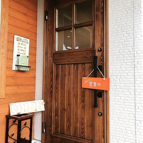 おしゃれな木製の玄関ドア