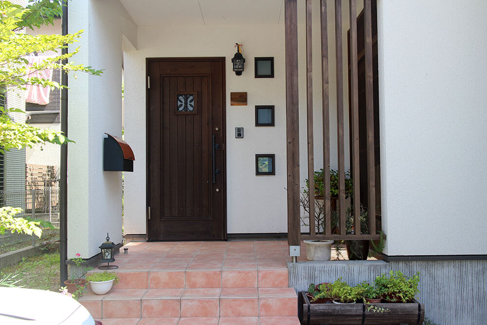 設置9年目の木製玄関ドア 再塗装前の状態