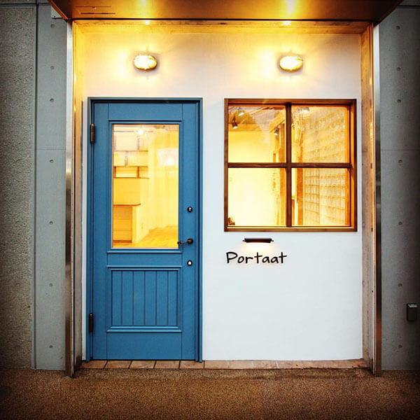 ユダ木工の木製玄関ドア 店舗併用住宅にも人気の「ダブブルー色」